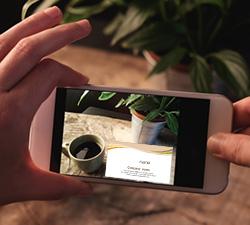 スマートフォンにインストールしたデジタル名刺管理アプリでお互いが撮影・読み取り